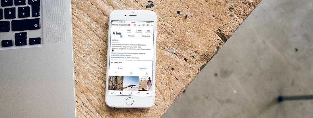 Móvil con Instagram al lado de un ordenador portátil